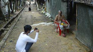 Mohammad Rafiq prend la photo d'un réfugié dans le camp de Kutupalong, au Bangladesh. (MUNIR UZ ZAMAN / AFP)