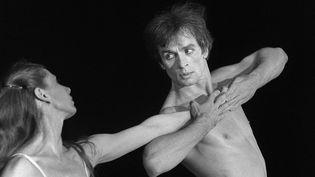 Rudolf Noureevet Ghislaine Thesmar lors de la représentation de l'Après-midi d'un faune, de Vaslav Nijinski,au Bourget, le 22 juin 1980. (DOMINIQUE FAGET / AFP)