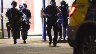 Des policiers britanniques en arme, le 3 juin 2017, dans le secteur du London Bridge, après une attaque à Londres (Royaume-Uni). (DANIEL SORABJI / AFP)