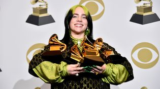 L'artiste californienne Billie Eilish pose avec ses Grammy Awards, à Los Angeles (Etats-Unis), le 26 janvier 2020. (ALBERTO E. RODRIGUEZ / GETTY IMAGES NORTH AMERICA / AFP)