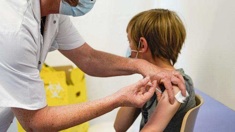 Saumur, le 16 juin 2021. Premier jour d'élargissement aux jeunes de 12à 17 ans de la vaccination contre le Covid-19. Injection dans le bras d'un jeune adolescent du vaccin Pfizer par une infirmière, dans un centre de vaccination. (FREDERIC PETRY / HANS LUCAS / AFP)