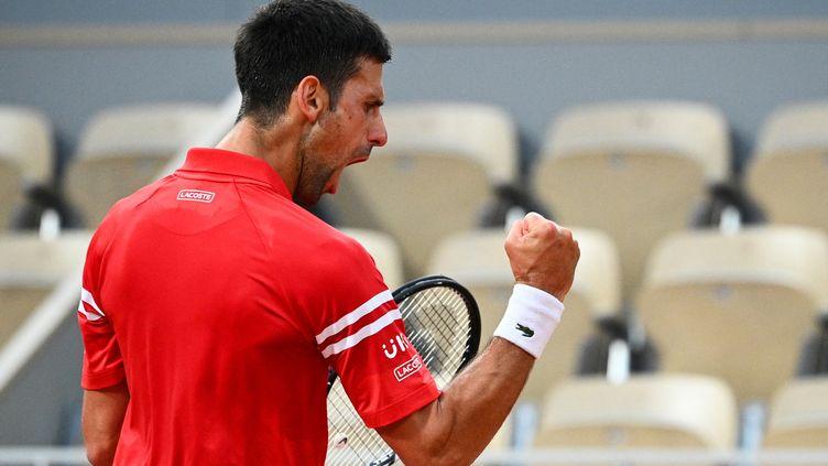 Novak Djokovic peut exulter, il s'est qualifié, mercredi 9 juin, en demi-finale de Roland-Garros pour la 11e fois de sa carrière. (ANNE-CHRISTINE POUJOULAT / AFP)