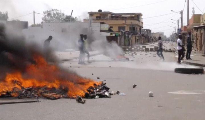 Des manifestants passent près de pneus en flamme lors d'un rassemblement à Lomé contre le régime du président togolais Faure Gbassingbé, le 18 octobre 2017. (REUTERS TV / X00514)