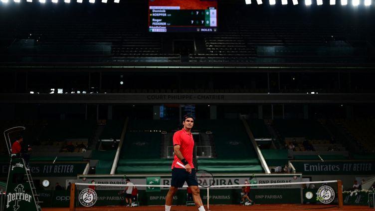 Roger Federer s'est imposé au bout de la nuit parisienne face à Koepfer. (MARTIN BUREAU / AFP)