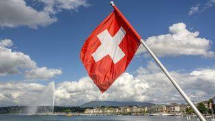 Un drapeau suisse à Genève (Suisse), le 20 septembre 2020. (BERNARD JAUBERT / ONLY WORLD / AFP)