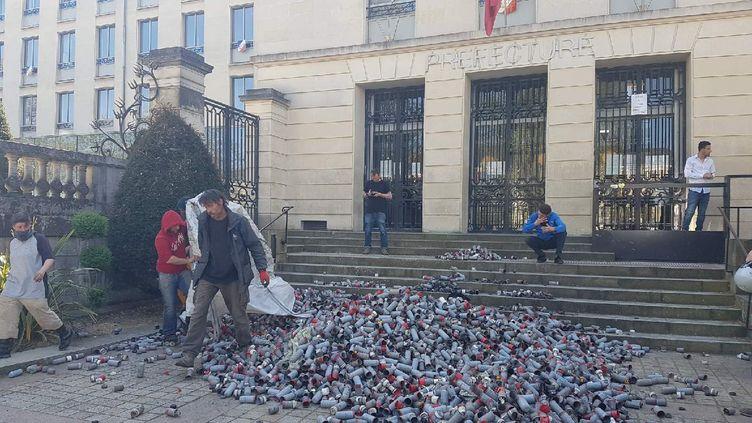 Des centaines de grenades lacrymogènes déposées devant la préfecture de Loire-Atlantique à Nantes, le 19 avril 2018. (DAMIEN TRIOMPHE / RADIO FRANCE)