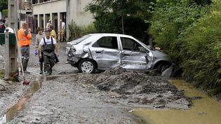 Les dégâts sont impressionnants dans les rues de Lisieux après le passage des orages. (STEPHANE GEUFROI / MAXPPP)