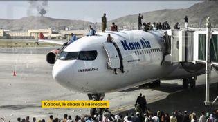Des Afghans sur un avion dans l'espoir de fuir les talibans (FRANCEINFO)