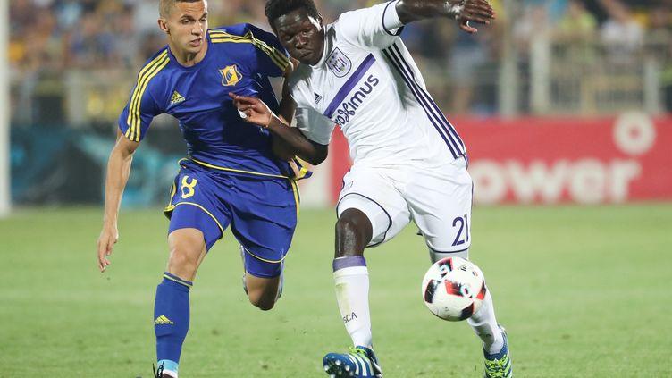 Fabrice N'Sakala (en blanc) d'Anderlecht au duel avec Igor Kireev de Rostov.  (VIRGINIE LEFOUR / BELGA MAG)