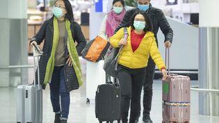 Des passagers se présentent à l'enregistrement de la compagnie aérienne chinoise Air China à l'aéroport de Francfort, en Allemagne, le 30 janvier 2020. (BORIS ROESSLER / DPA / AFP)