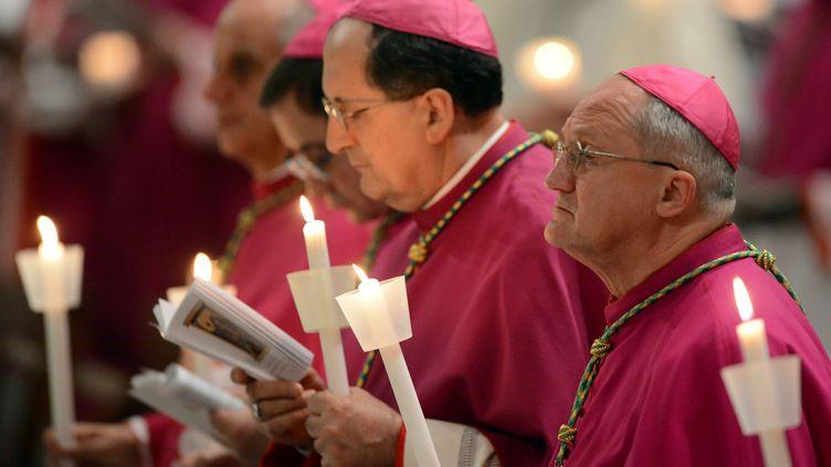 Des cardinaux en prière pour la veillée pascale, à la basilique Saint-Pierre, au Vatican, le 7 avril 2012. (VINCENZO PINTO / AFP)
