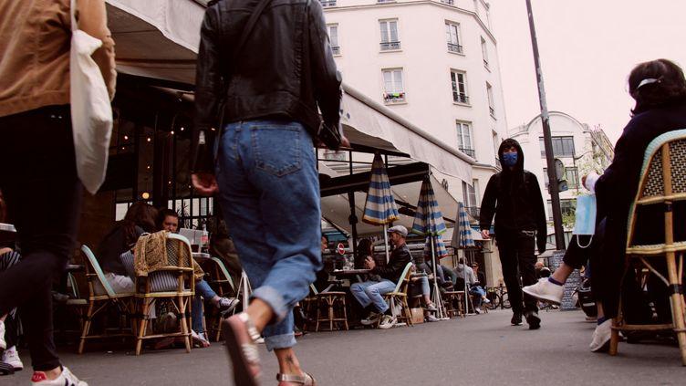 La deuxième phase du déconfinement a permis la réouverture de certaines terrasses de café à Paris (illustration). (CLAIRE LEYS / RADIOFRANCE)