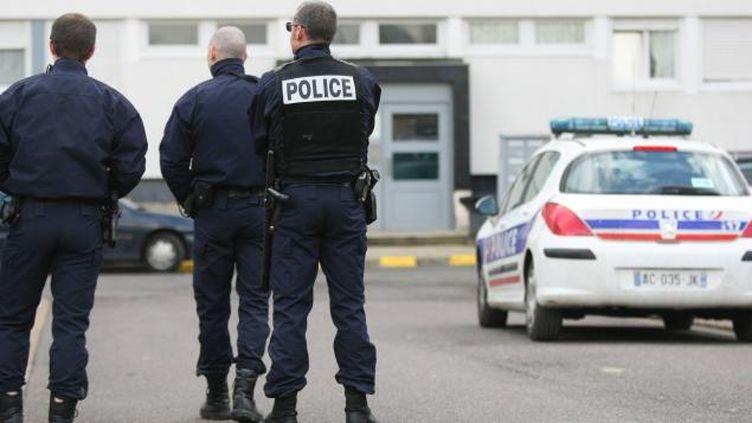 (Des policiers à Amiens lors d'une fouille dans des caves © MAXPPP / Le courrier picard)