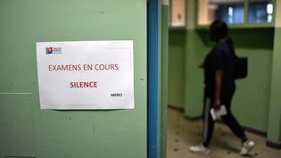 Une pancarte indique que des épreuves du baccalauréat sont en coursau lycée Maurice-Ravel, à Paris, en juin 2018. (STEPHANE DE SAKUTIN / AFP)