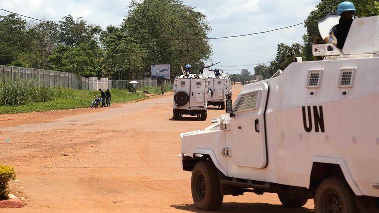 Des véhicules blindés de la Minusca patrouillent dans la capitale centrafricaine, Bangui, le 9 octobre 2014. (HERVE CYRIAQUE SEREFIO / ANADOLU AGENCY / AFP)