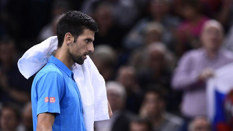 La désillusion, le dépit, se lisent facilement dans le visage fermé de Novak Djokovic, sur le point de tout perdre.