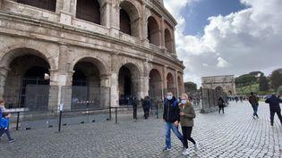 A Rome (Italie), des passants portent un masque de protection contre le coronavirus Covid-19, le 6 mars 2020. (BARIS SECKIN / ANADOLU AGENCY / AFP)