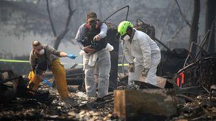 """Des secouristes inspectent une maison détruite par le """"Camp Fire"""" à Paradise, en Californie, le 16 novembre 2018, à la recherche de restes humains. (JUSTIN SULLIVAN / GETTY IMAGES NORTH AMERICA / AFP)"""