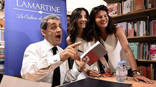 """Nicolas Sarkozy signe son livre, """"Passions"""", dans une librairie du 16e arrondissement de Paris, le 28 juin 2019. (PHILIPPE LOPEZ / AFP)"""