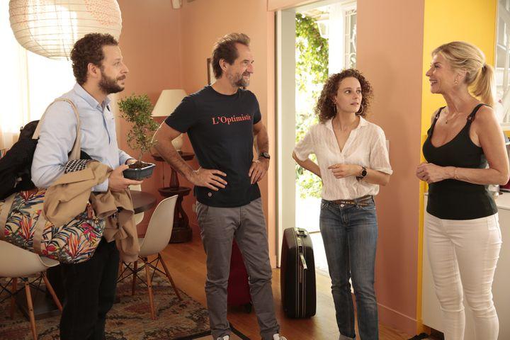 """Stéphane De Groodt, Olivier Rosemberg, Michèle Laroque et Alice de Lencquesaingdans """"Chacun chez soi"""" deMichèle Laroque. (ALTER FILMS - STUDIOCANAL - FRANCE 2 CINEMA)"""