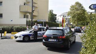Des policiers après une attaque au couteau perpétrée à Trappes (Yvelines), le 23 août 2018. (CHEN YICHEN / REUTERS)