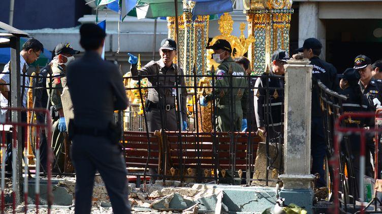 Des policiers inspectent le lieu de l'attentat près du sanctuaire hindouiste d'Erawan, à Bangkok (Thaïlande), le 18 août 2015. (WASAWAT LUKHARANG / NURPHOTO / AFP)