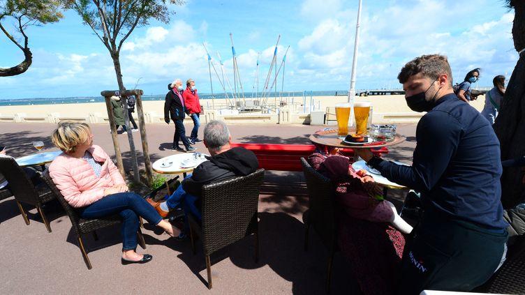 La terrasse d'un café d'Arcachon (Gironde), le 19 mai 2021. (MEHDI FEDOUACH / AFP)