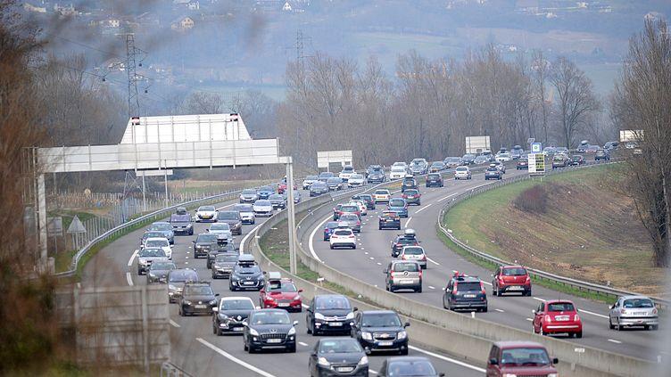 Des véhicules sur l'A43 près de Chambéry (Savoie), le 27 février 2016. (JEAN PIERRE CLATOT / AFP)