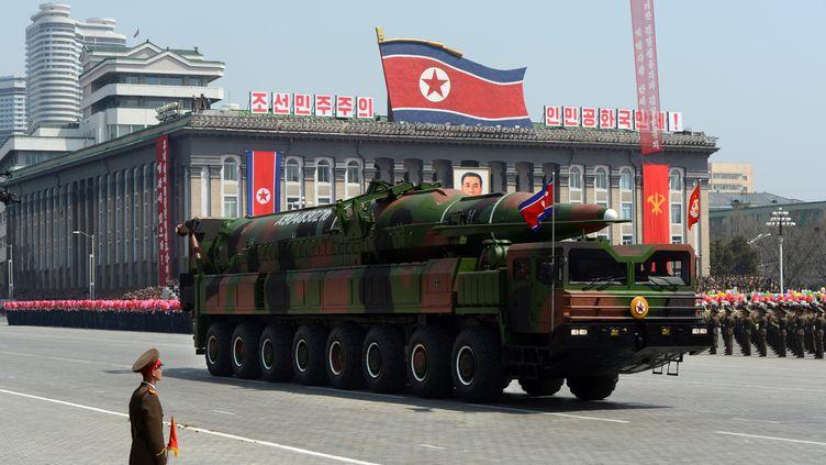 Un missile présenté comme de typeTaepodong est présenté au public à Pyongyang (Corée du Nord), le 15 avril 2012. (PEDRO UGARTE / AFP)