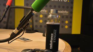 La gourde Radio France dans un studio de franceinfo. (JEAN-CHRISTOPHE BOURDILLAT / RADIO FRANCE)