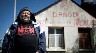"""Claude Herbin, l'habitant du site du projet d'aéroport de Notre-Dames-des-Landes (Loire-Atlantique) menacé d'expulsion, a fait inscrire """"Vinci déporte la population"""" sur le fronton de sa maison. (JEAN-SEBASTIEN EVRARD / AFP)"""