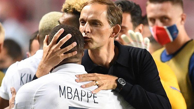 Thomas Tuchel félicite Kylian Mbappe lors des quarts de finale de la Ligue des champions entre l'Atalanta, au stade Luz de Lisbonne, le 12 août 2020.  (DAVID RAMOS / POOL)