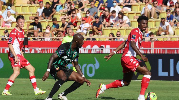 Seko Fofana face à Aurélien Tchouaméni samedi 21 août 2021 lors du match Monaco-Lens. (VALERY HACHE / AFP)