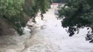 De violents oranges ont frappé plusieurs départements jusque dans la soirée du 9 septembre. Dans l'Aude, des trombes d'eau sont tombées et plusieurs habitations ont été inondées. Vendredi 10 septembre, la vigilance orange a été levée. (FRANCE 3)