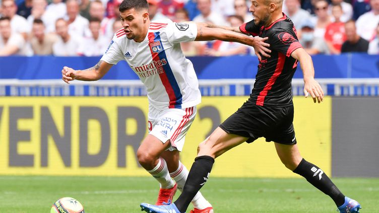 Bruno Guimaraes (OL) ici au duel avec le milieu clermontois, Johan Gastien, à l'occasion de la 3e journée de Ligue 1, dimanche 22 août. (PHILIPPE DESMAZES / AFP)