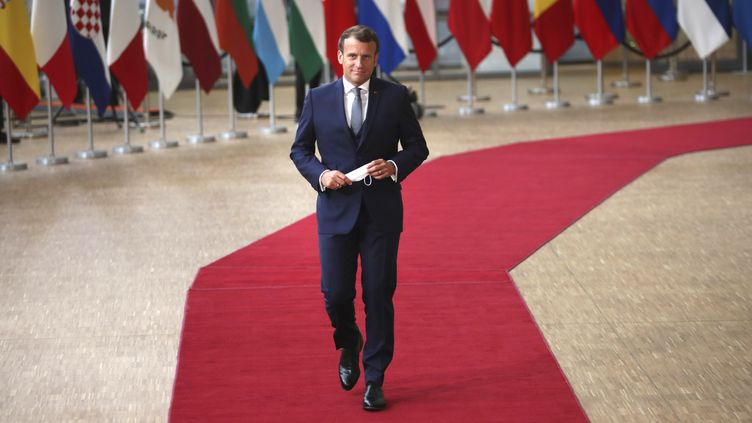 Emmanuel Macron lors de son arrivée au sommet européen consacré notamment au plan de relance économique, vendredi 17 juillet 2020 à Bruxelles (Belgique). (FRANCISCO SECO / POOL / AFP)