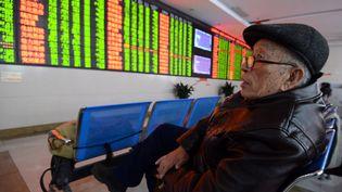 Un investisseur observele cours des actions boursières, à Fuyang City (Chine), le 7 janvier 2016. (AN XIN / IMAGINECHINA)