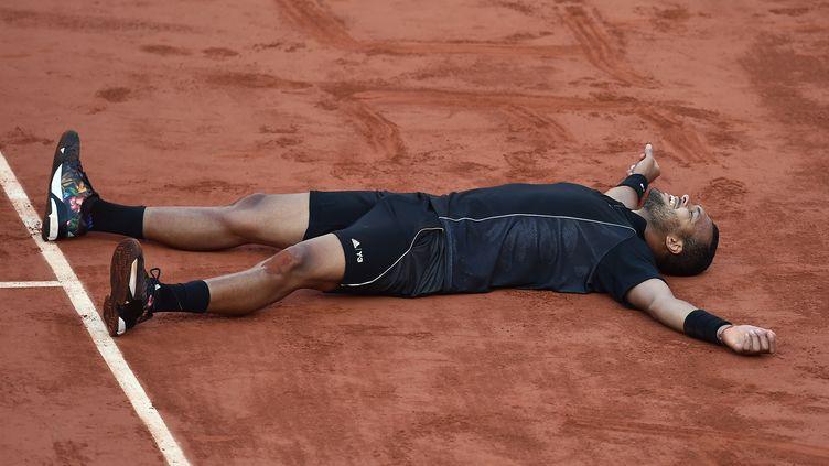 Jo-Wilfried Tsonga laisse éclater sa joie après sa victoire en quarts de finale de Roland-Garros contre Kei Nishikori, mardi 2 juin (Paris). (PASCAL GUYOT / AFP)