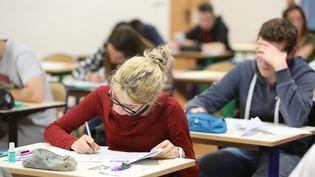 Une élève du collège Jules Ferry de Quimperlé (Finistère) planche sur une épreuve du brevet national des collèges, le 23 juin 2016. (MAXPPP)