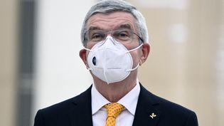 La visite du président du CIO Thomas Bach à Tokyo, ici le 16 novembre 2020, a été repoussée. (CHARLY TRIBALLEAU / AFP)