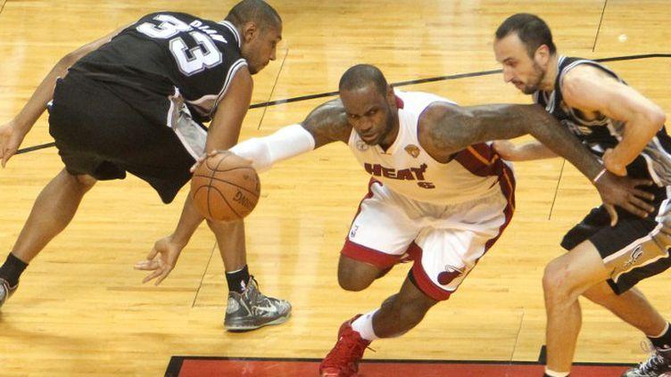 LeBron James (Miami Heat) face à Manu Ginobili (San Antonio Spurs) (BRUCE YEUNG / NBAE / GETTY IMAGES)
