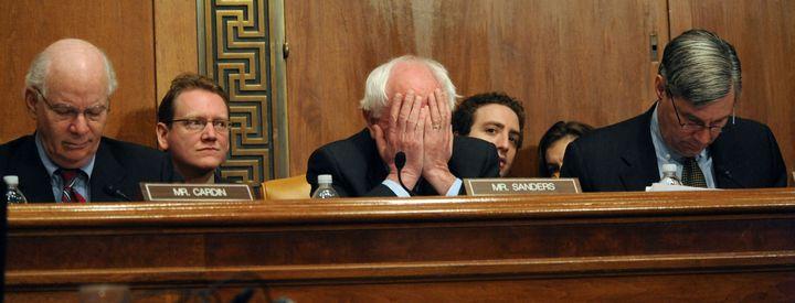 Bernie Sanders (au centre) lors de la réunion d'une commission au Sénat américain, à Washington D.C. (Etats-Unis), le 12 mars 2009. (TIM SLOAN / AFP)