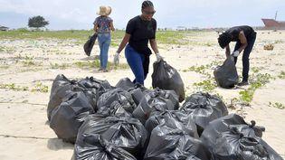 Sur la plage de Lighthouse à Lagos, les sacs de détritus ramassés par les bénévoles s'accumulent au fil de la journée, Nigeria, le 27 03 2021. (PIUS UTOMI EKPEI / AFP)