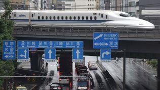 Letrain Shinkansenà Tokyo (Japon), le 14 août 2017. (KAZUHIRO NOGI / AFP)