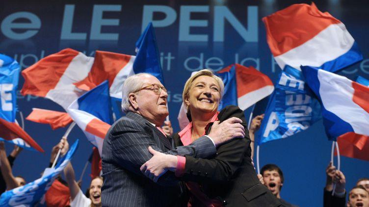 Jean-Marie et Marine Le Pen, président d'honneur et présidente du Front national, le 30 mars 2012 à Nice (Alpes-Maritimes). (BORIS HORVAT / AFP)