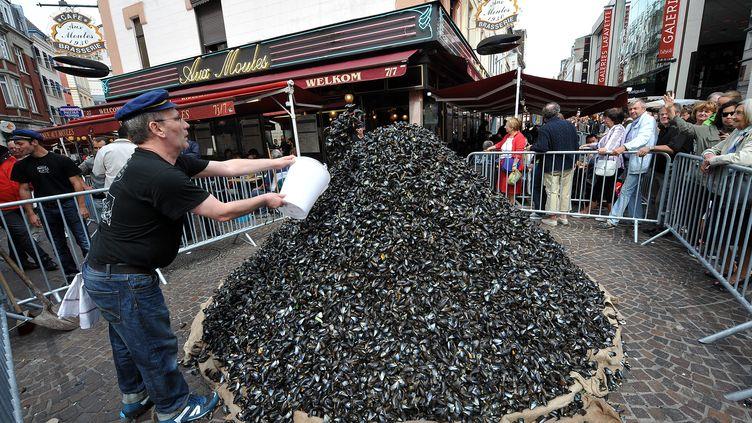 """La traditionnelle """"montagne de moules"""" de la grande braderie de Lille, le 1er septembre 2013. ( MAXPPP)"""