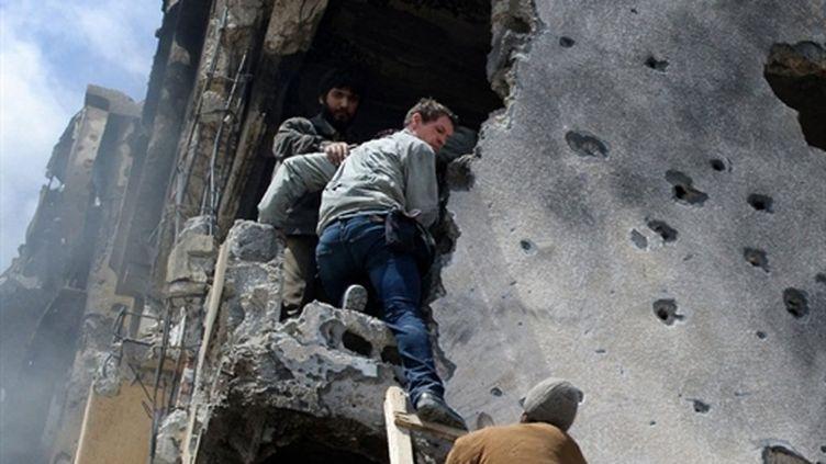 Le photographe Tim Hetherington (C) en compagnie de rebelles libyens à Misrata, le 20 avril 2011, peu avant sa mort. (AFP/PHIL MOORE)