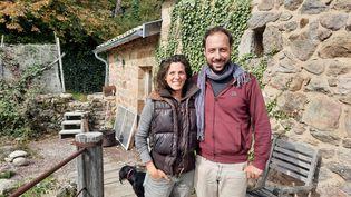 """Astrid et Romain, habitants de l'écolieu""""GrainetSens"""" à Boffres, en Ardèche. (FARIDA NOUAR / RADIO FRANCE)"""
