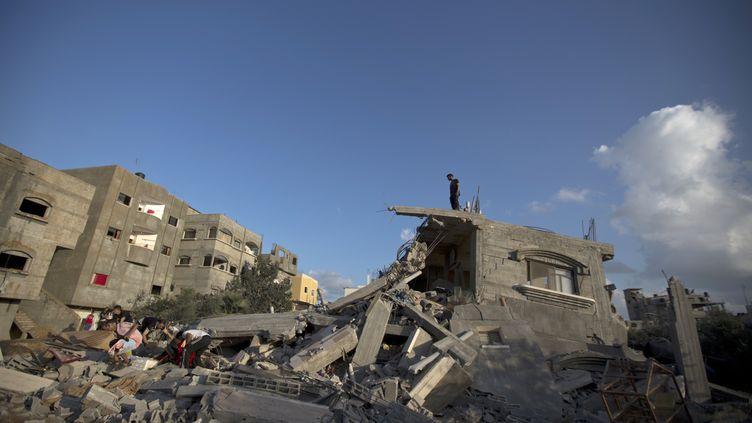 Un Palestinien observe les décombres d'une maison détruite par une frappe israélienne, dans le nord de Gaza, le 15 juillet 2014. (MAHMUD HAMS / AFP)