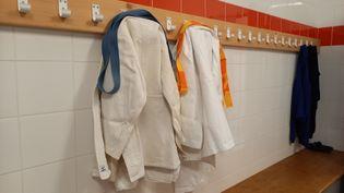 Le vestiaire du clubMassilia judo, à Marseille. (JEAN-PIERRE BLIMO / RADIO FRANCE)